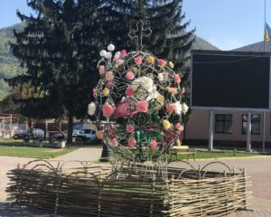 Велетенську диво-писанку, прикрашену квітами, відкрили у Тячеві