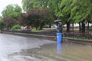 Мер Ужгорода змушений відкласти поїдання вмісту великоднього кошика і зайнятися відкачкою води на Петефі