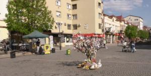 187 писанками та крашанками прикрасили дерево у Мукачеві