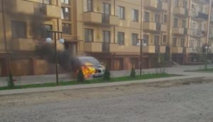 """""""Боздош, горить """"BMW"""" арабів"""", – відео як горіло та як гасили """"BMW"""" в Ужгороді"""