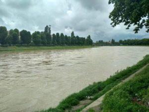 Річка Уж вже підходить до бортів набережної (відео, фото)