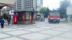 Гіпермаркет Україна встає з колін! Або як будівельники з матами ледь не задавили пішохода!