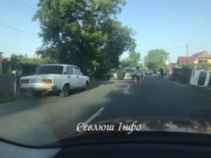 ДТП на Виноградівщині: Мікроавтобус Мерседес перекинувся від удару БМВ (ФОТО)