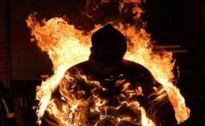 В Ужгороді чоловік намагався себе спалити перед будівлею прокуратури