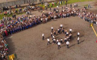 Прощальний вальс випускників ужгородської школи з висоти пташиного польоту