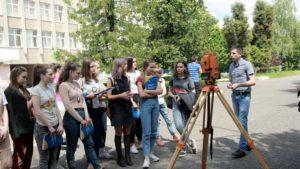 Ужгородські школярі в УжНУ вчилися генерувати ідеї на економічному факультеті й вивчали породи на географічному
