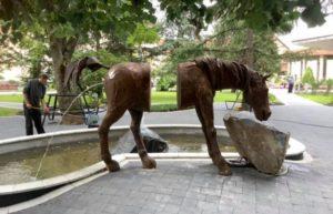 Дивна скульптура пісяючого коня на Свалявщині (фото)