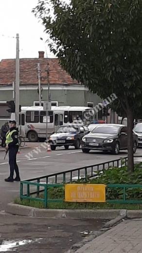 У  Мукачеві юні особи в неадекватному стані збили пішохода та покинули авто