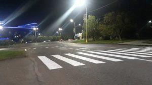 Вночі на вулицях Ужгорода наносили дорожню розмітку – фарбою з світловідбивальними скляними мікрокульками