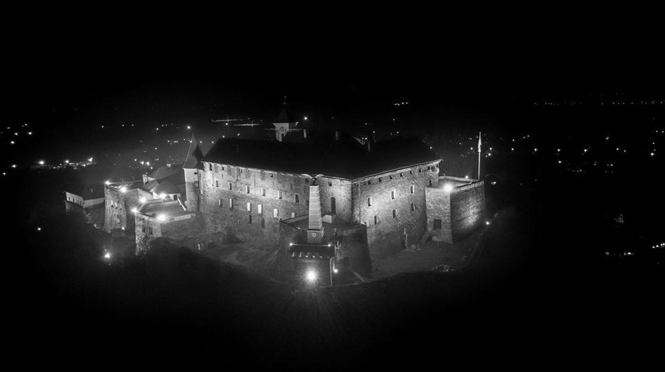 Вражаючі фото нічного замку Паланок з висоти пташиного польоту (фото)
