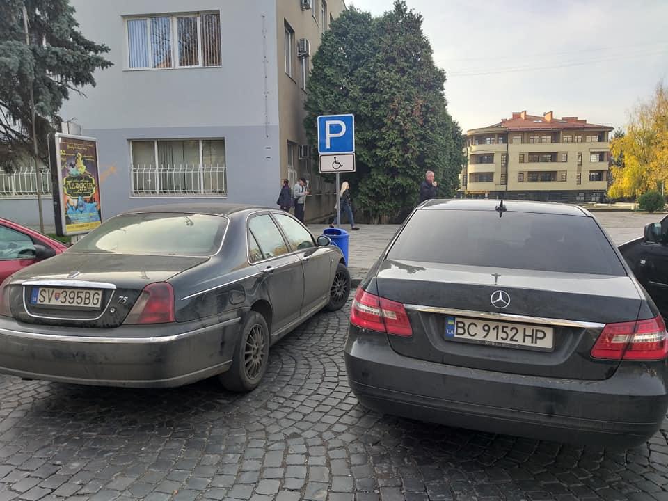 """В Ужгороді на спецавтостоянках паркуються """"інваліди"""" на БМВ та Мерседесах (фото)"""