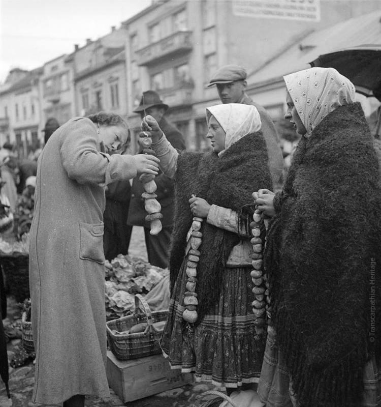 Як продавали та купляли гриби у далекому 1936 році на площі Корятовича в Ужгороді (фото)