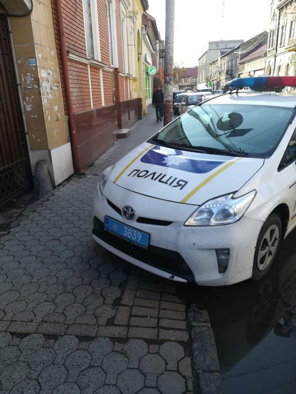 Поліцейські Мукачева самі паркуються як олені (фото)