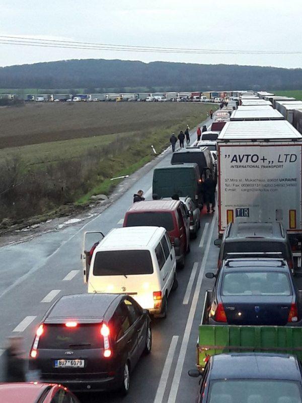 Кілометрові черги при в'їзді в Україну на пункті пропуску «Вишнє Німецьке»