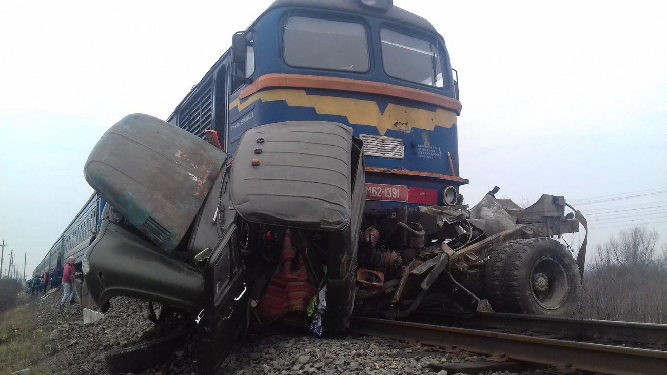 Потяг зніс вантажівку: три жертви