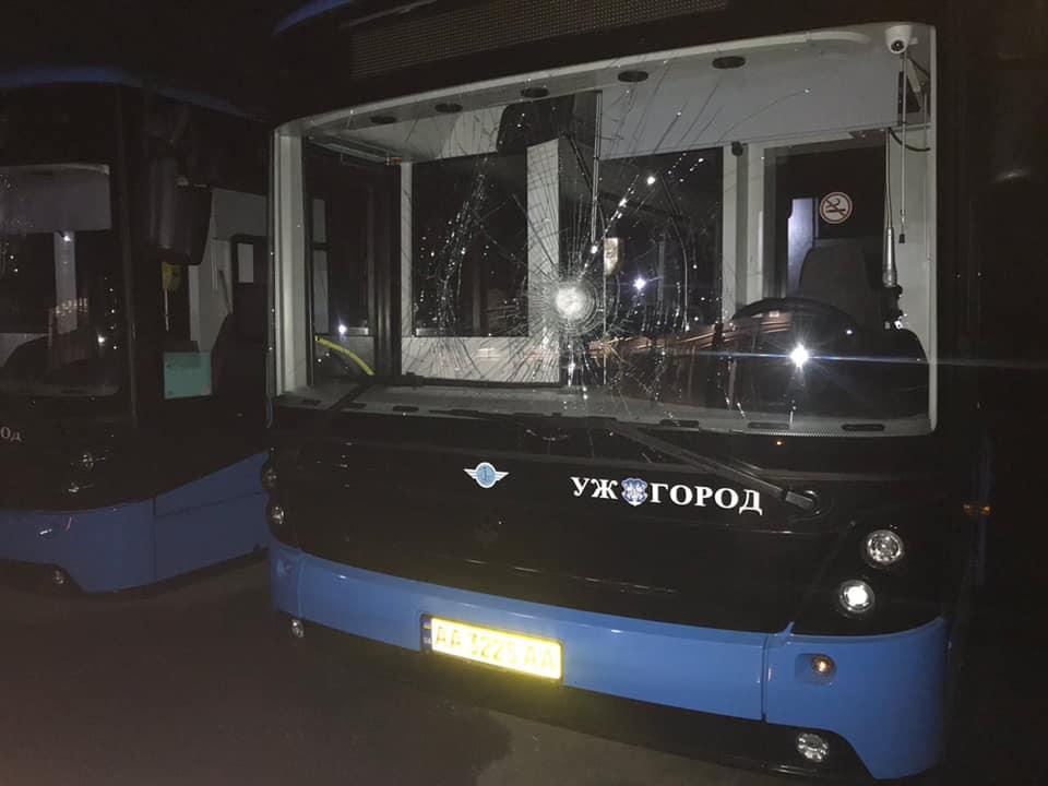 """В Ужгороді зловмисники порозбивали нові """"Електрони""""(ФОТО)"""
