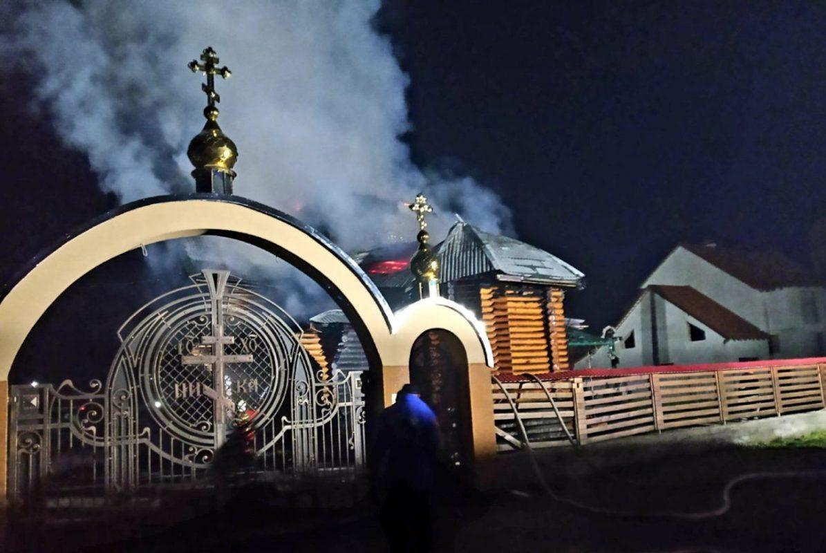 У Іршаві згоріла дерев'яна церква Василя Великого (ФОТО, ВІДЕО)