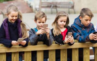 В українських школах хочуть заборонити користуватися телефонами на уроках