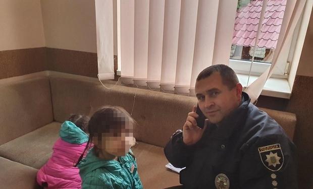 На Рахівщині поліцейські врятували двох маленьких дівчат, яких кинули батьки