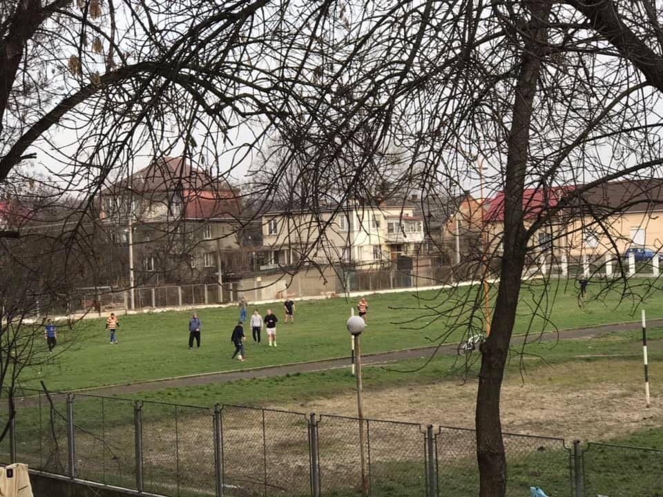 В Ужгороді не зважають на перші зараження на коронавірусом і продовжують грати у футбол (ФОТО)