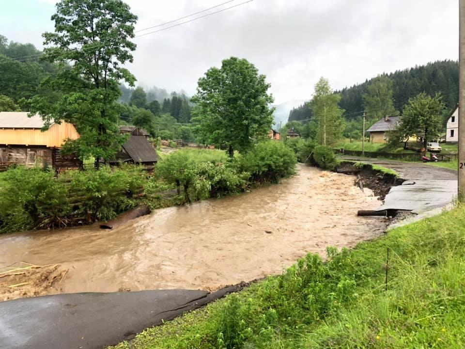 Страшна біда на Закарпатті: вода, селеві потоки ховають село (фото)