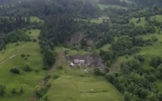Від зсуву ґрунту на Рахівщині будинок розірвало навпіл (відео)