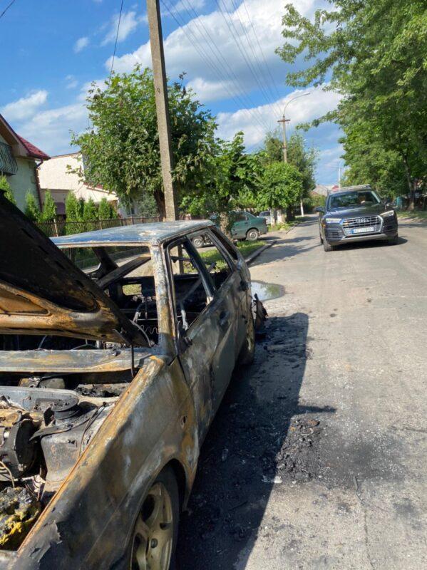 В Ужгороді горить авто (фото, відео)