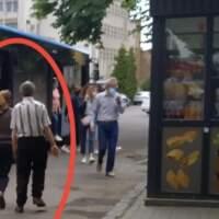 В Ужгороді літня парочка нападає на людей та кусає їх (фото)