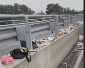 У мережі показали наслідки черг на КПП «Тиса-Захонь»: купа сміття, їжі