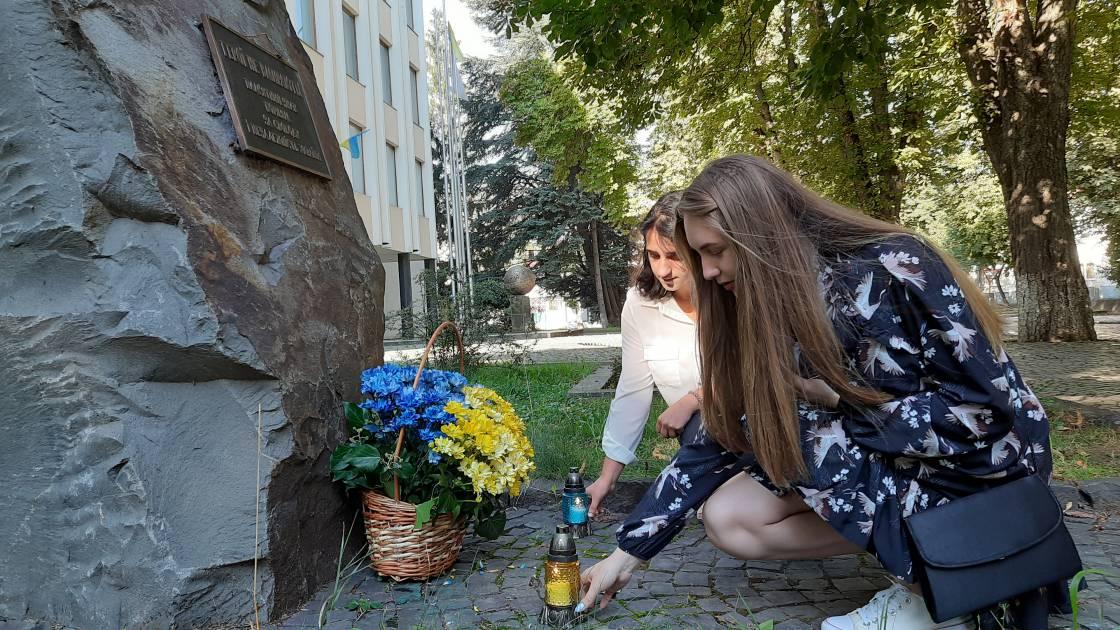 Пам'ять полеглих у Іловайському котлі ушанував студентський актив УжНУ (фото)