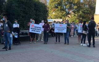 На Закарпатті люди вийшли на протест проти червоної зони