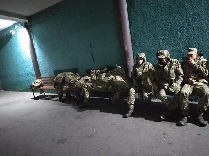 Спали на вокзалі: українським військовим не змогли знайти нічліг