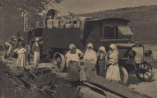 Ретро фото: Процес демонтажу та перевезення дерев'яної церкви з села Медведівці до скансену в Празі
