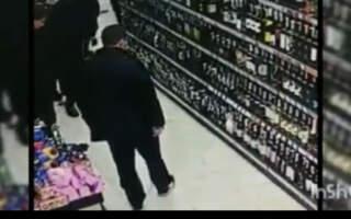 Дешеві сосиски, пляшка алкоголю, елітне авто: Горе крадій потрапив на камери спостереження (відео)