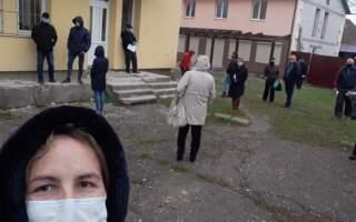 На протязі, холоді, під дощем: Люди по дві години чекають, щоб здати ПЛР-тест