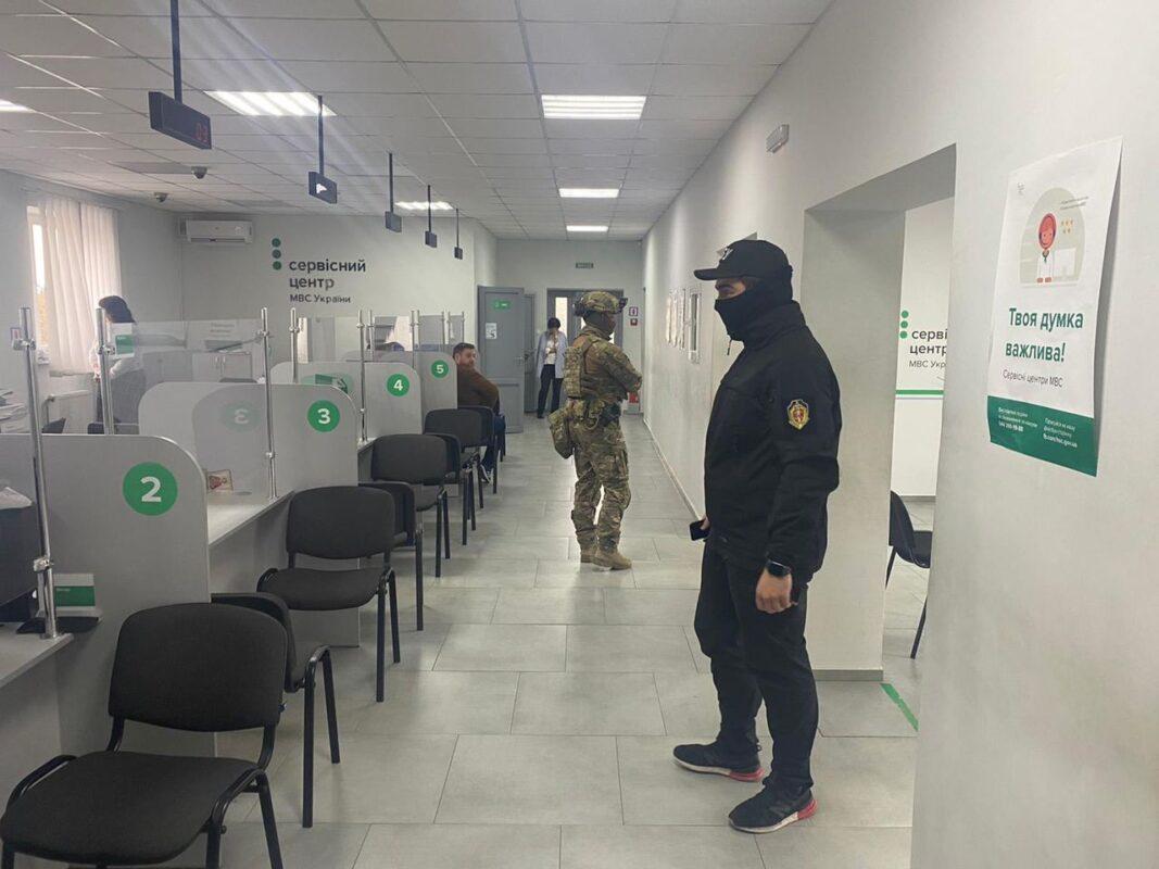 Фото/Відео: Обшуки в серівсному центрі МВС в Ужгороді