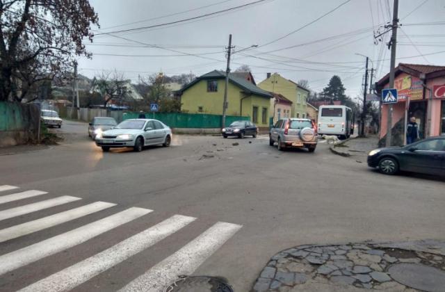 Ранкове ДТП в Ужгороді: автозапчастини розкидало по всій вулиці (ФОТО)