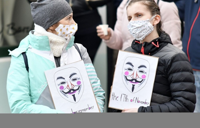 Фото: Мітинг у Кошице проти дій уряду та карантину завершився конфліктом між протестуючими та групою чоловіків у балаклавах