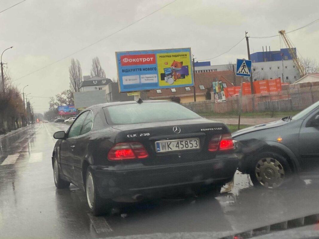 Передноворічне ДТП в Ужгороді: Не розминулись Опель та Мерседес (ФОТО)
