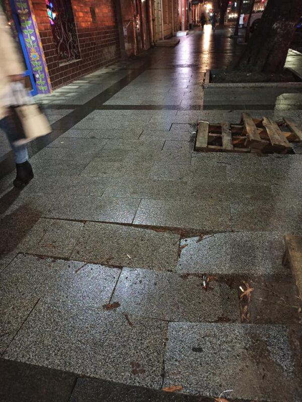 """""""Лиш Ви не смійтеся"""", - у мережі показали як виглядає Новенька плитка на площі Петефі"""