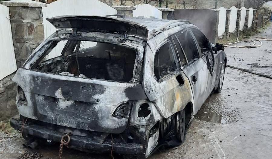 Завів машину та пішов до будинку: На Закарпатті згорів БМВ (ФОТО)