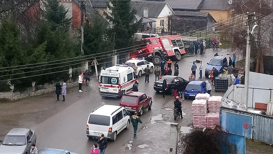 На Закарпатті пожежне авто звалилося в кювет (ФОТО)