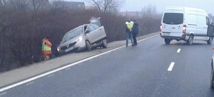 ДТП на Закарпатті: Легкове авто DACIA злетіло з дороги (ФОТО)