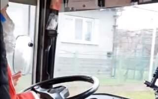 Хто скаже, що у світі немає добра? На Закарпатті водій автобуса у костюмі Миколая дарує подарунки від Миколая всім дітям (ВІДЕО)