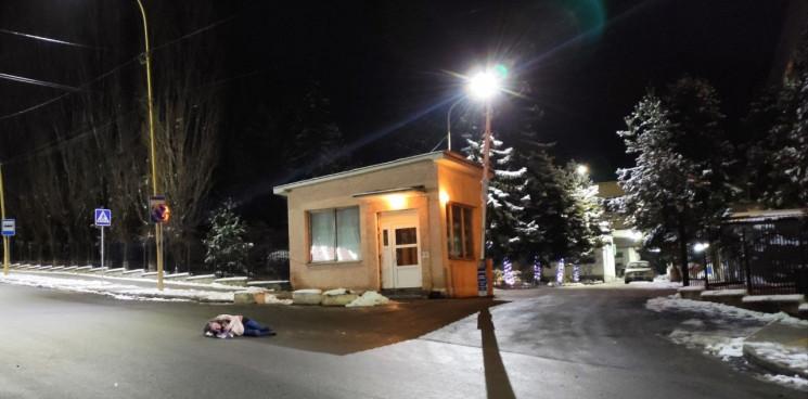 «Вся, історія ужгородської медицини в одному фото», - при в'їзді в лікарню на дорозі лежала жінка (Фото)