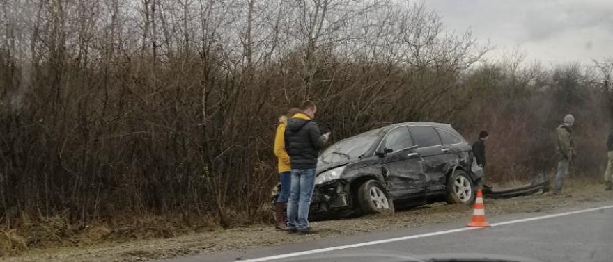 ДТП на Мукачівщині: Зіткнулися автівки, один автомобіль перевернувся у кювет (ФОТО, ВІДЕО)
