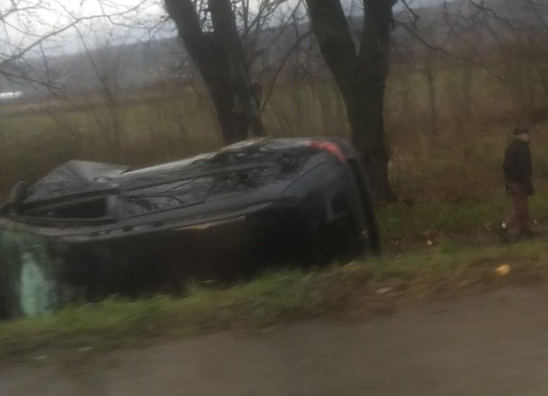 Опублікували фото та відео з місця ДТП на в'їзді у Мукачев: Авто у кюветі