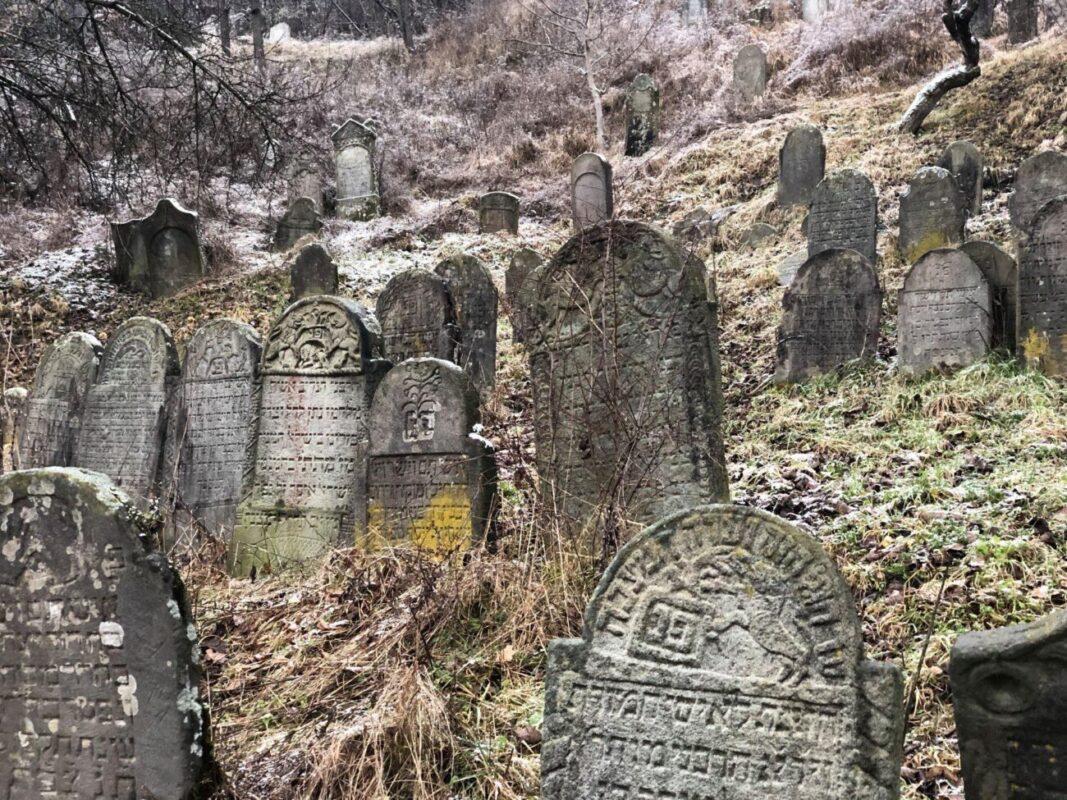 Фантастичне єврейське кладовище, - у мережі оприлюднили світлини та координати закинутого кладовища на Закарпатті