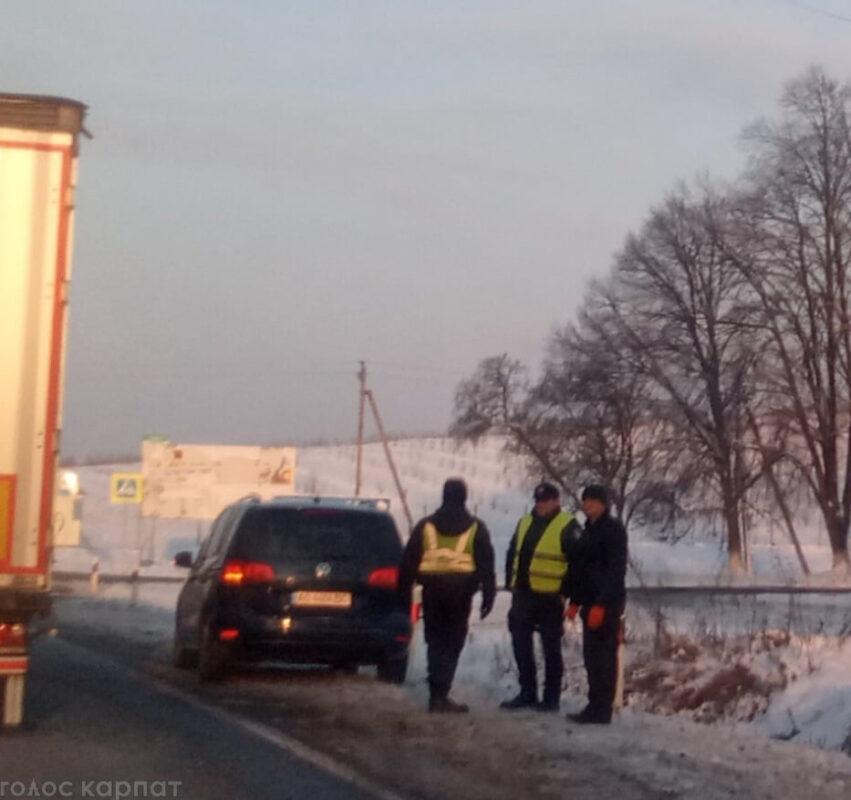Ранкова ДТП на Закарпатті: Авто вилетів у кювет (ФОТО)