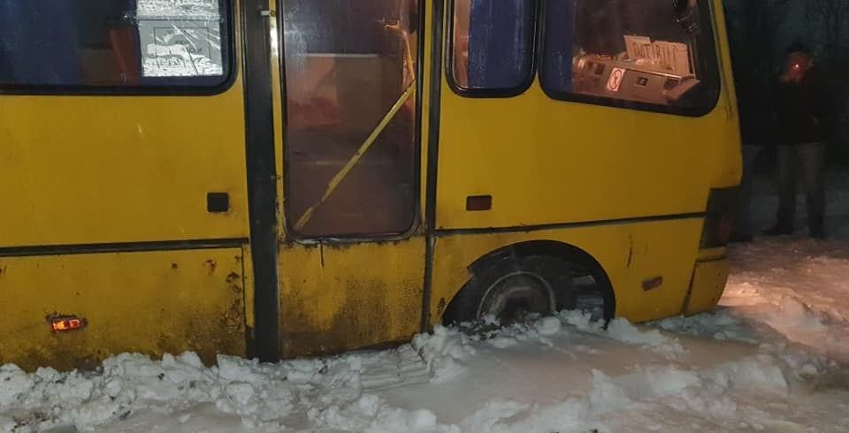 На Закарпатті рейсовий автобус з людьми провалився у яму (ФОТО)